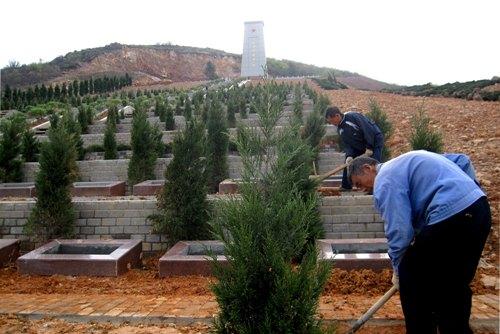 清明节前夕,工人们正在对庐江县烈士纪念碑进行最后