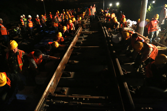 拨移铁轨  道岔插铺 4月3日凌晨2点,由中铁四局四公司负责施工的合肥西站合武绕行上行线宁西场改造13#道岔换铺施工顺利完成,拉开了合肥铁路客运西站站改线路改造的序幕。 目前,既有合肥西站中心里程为HWK15+830.35(HBDK137+239.02),现有线路10条,其中正线3条(既有(V)、(III)道为合武绕行上、下行线,既有(IV)道为合九线),线间距为5.