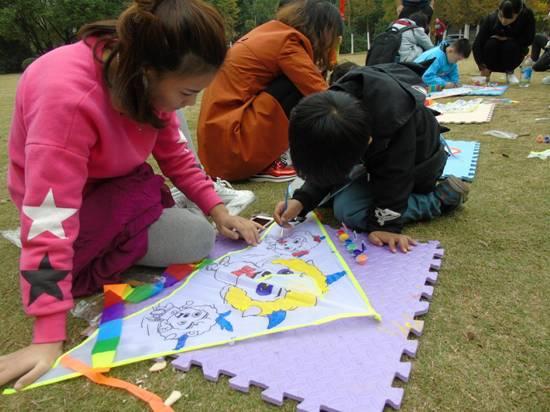 通过给风筝绘图,勾勒,调色,涂色等步骤,一只只可爱的风筝很快就诞生了
