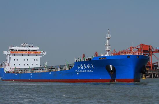 国内首艘2万吨级江海直达船首航停靠马鞍山港