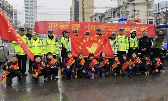 庐阳交警与南门小学举行2019春运交通安全宣传活动