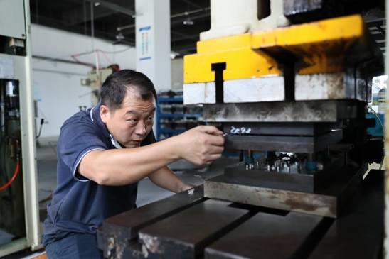【稿件二配圖】上海精連電子科技有限公司(舒城電子信息港廠房)生産場景