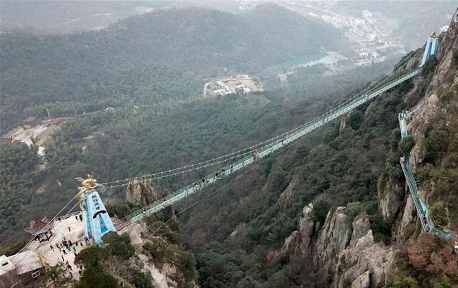 安徽:马仁奇峰景区玻璃桥投入使用