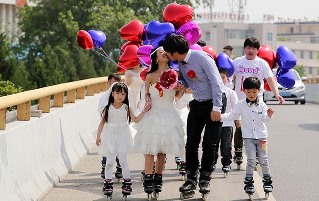 用轮滑丈量爱情 别样婚礼淮北街头上演