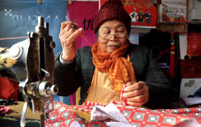寒冬腊月缝棉袄 古稀老人传温情