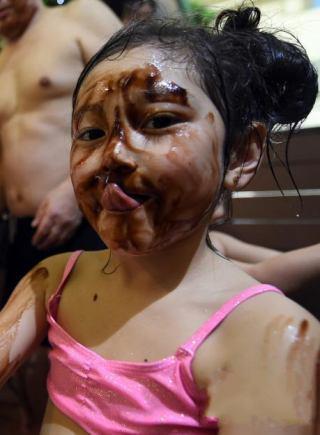 日本商家推出巧克力溫泉 遊客邊洗邊吃