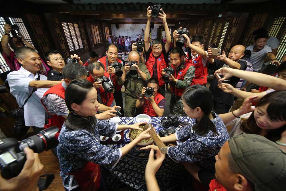 新華網安徽頻道簽約攝影師走進安徽天方茶業集團。(新華網安徽頻道簽約攝影師 吳傑宏 攝)