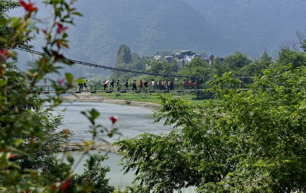 新華網安徽頻道簽約攝影師走進秋浦河景區採風。(新華網安徽頻道簽約攝影師 王東軍 攝)