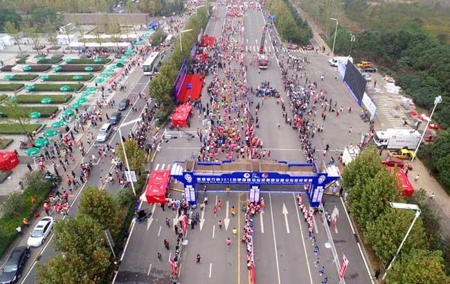 新華網安徽航拍:空中直播2015合肥國際馬拉松賽