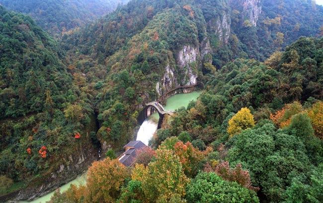 新華網安徽航拍:飛入水墨皖南 俯瞰秋色東黃山