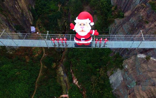 """巨型""""圣诞老人""""呆萌亮相石牛寨玻璃桥"""