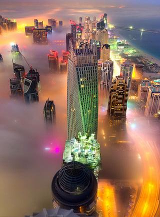 攝影師拍攝霧中迪拜 五彩斑斕美如仙境