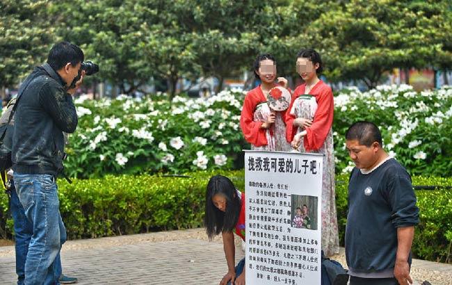 夫婦跪地乞討&美女羞笑拍照 你會關注哪一邊?