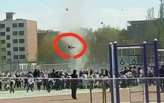 小學運動會場地突發龍卷風 一學生被卷起摔傷