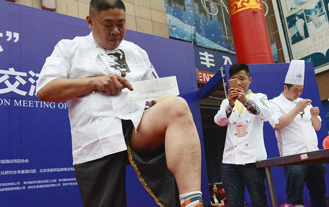 廚王爭霸賽:廚師在大腿和氣球上切肉絲