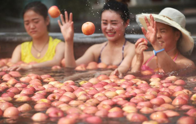 """洛陽一景區辦奇葩""""溫泉水果浴"""" 蘋果黃瓜連泡帶吃"""