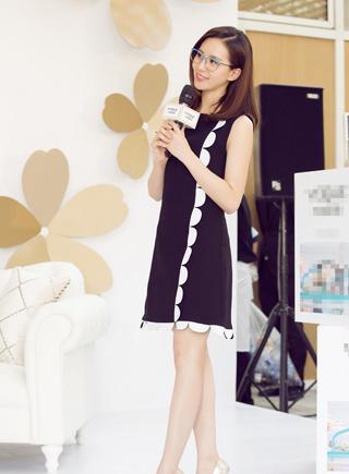劉詩詩助陣品牌活動 亮藍色鏡框時尚力MAX
