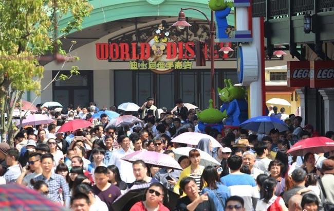 上海迪士尼小鎮迎來首批大客流