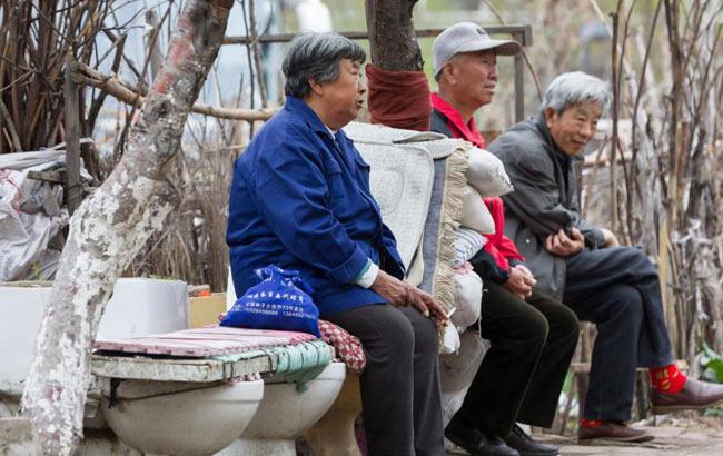 """長(chang)春現馬桶(tong)座椅 市民""""坐馬桶(tong)""""休憩打牌"""