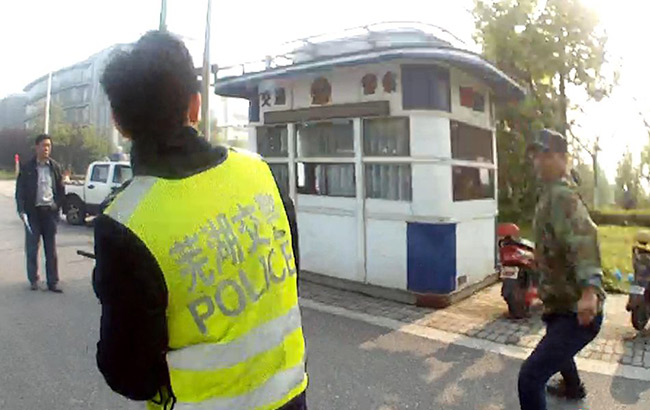 蕪湖:男子騎車違章遭查使用鐵鏈追打交警
