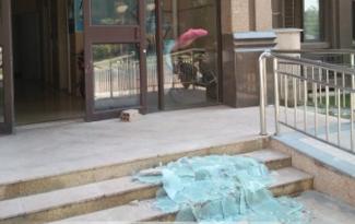 心驚!剛出單元門 天降碎玻璃