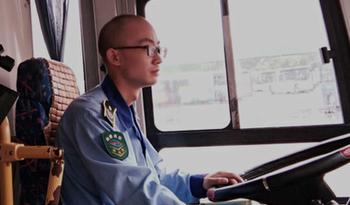 """合肥""""霸气""""公交司机狂追两百米擒贼"""