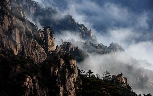 冬日雲海愛無涯,瀑布流雲繞峰崖