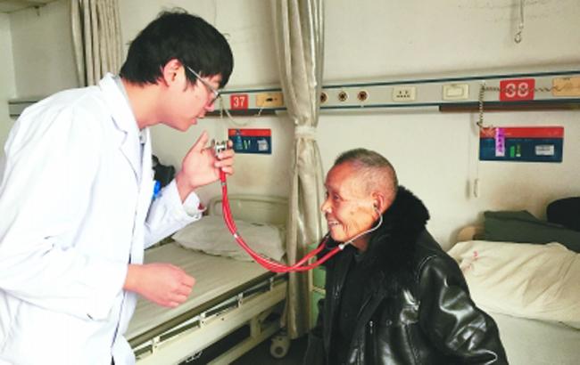 八旬老人耳背聽不清 暖心醫生創新溝通方式