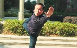 """65岁""""瑜伽大叔"""" 带领""""娘子军""""登上大舞台"""