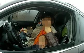 女司機帶兩小孩上高速 在應急車道停車喂奶