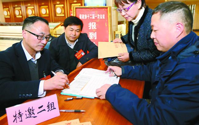 参加安徽省政协十二届一次会议的委员陆续报到