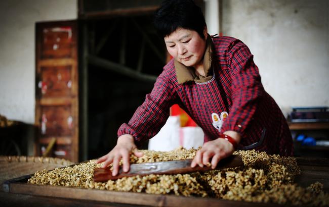 春节近年味浓 农家忙做冻米糖
