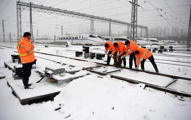 合肥:清掃鐵路積雪保安全