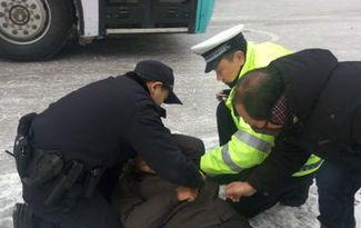 老人雪地裏昏倒 滁州民警醫生聯合救助