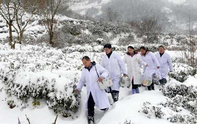 """奔走在冰雪裏的""""白衣天使"""""""