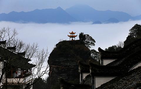 遙看白岳與雲齊,霧漫岩空萬壑低