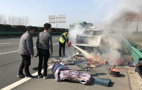 皮卡車高速路上著火 駕駛員竟渾然不覺