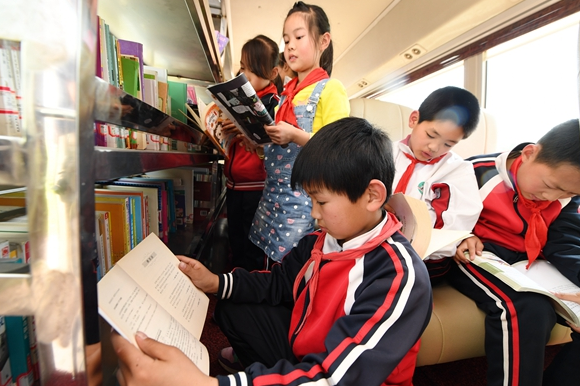 汽車圖書館開進大別山 為山區兒童送文化大餐