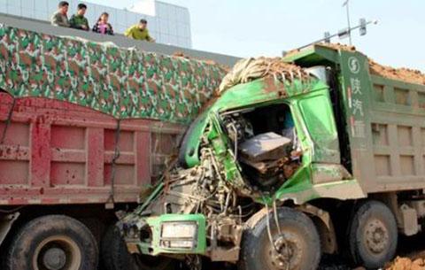 两渣土车追尾 被困司机获救