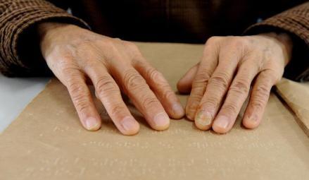 """盲人夫婦10年""""看""""書上千本 有時一天""""看""""8小時"""