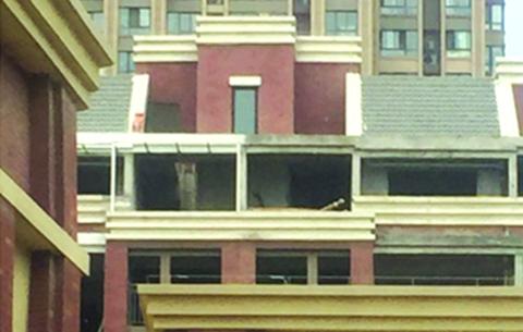 合肥加僑悅山小區頂樓加蓋成風 城管稱正協調處理