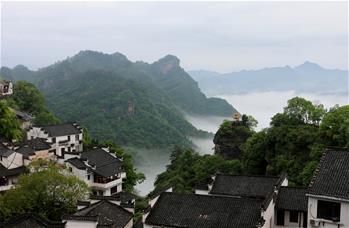 雲霧縹緲景如畫