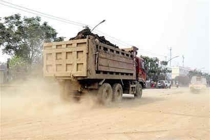 渣土车污染路面 工地领千元罚单