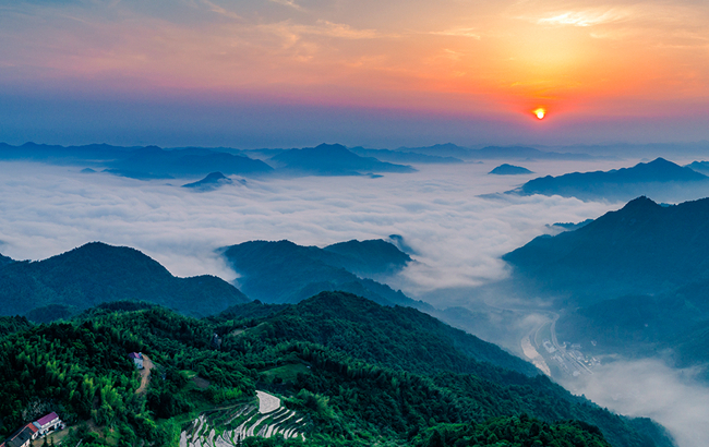 红日初升云翻腾 远山如黛近如镜