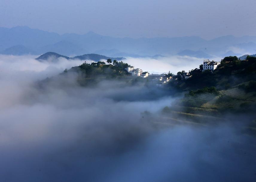 暑雨初收体为轻 远山云雾似仙境