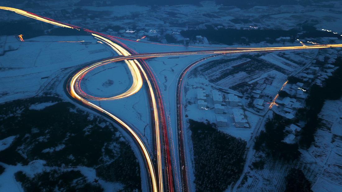 雪夜立交車通暢