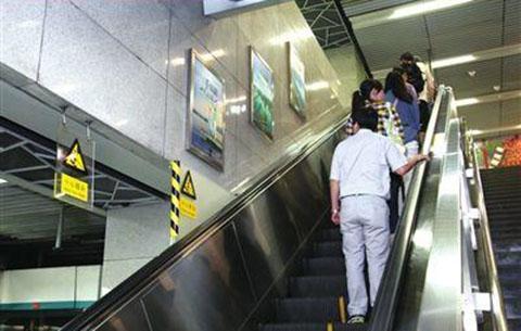 合肥地铁站内连续有乘客乘电扶梯摔倒受伤