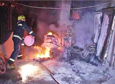 电动汽车充电着火 民警提醒勿忘消防安全