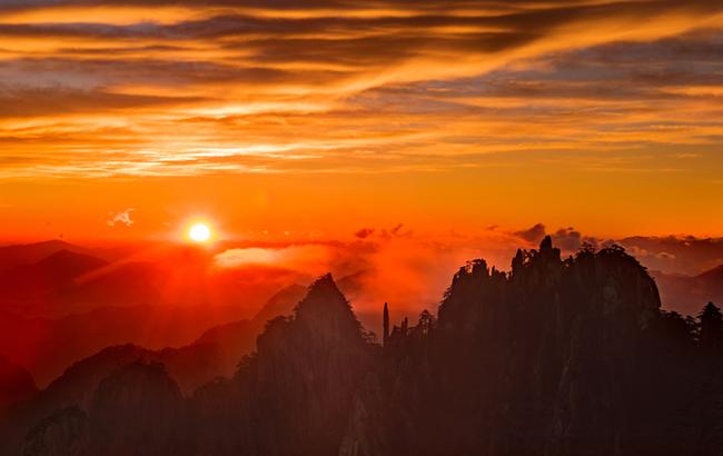 日冕陽驕山色秀 群峰壯闊霞染彤