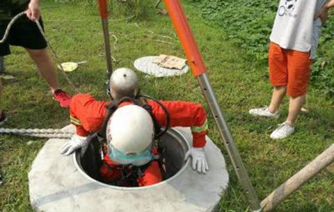 工人接連昏迷在窨井裏 消防隊長冒險下井救人
